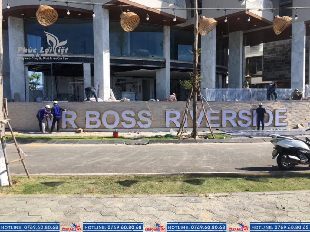 Quá trình thi công bộ chữ inox vàng bóng tại công trình ở công ty Mr. Boss House