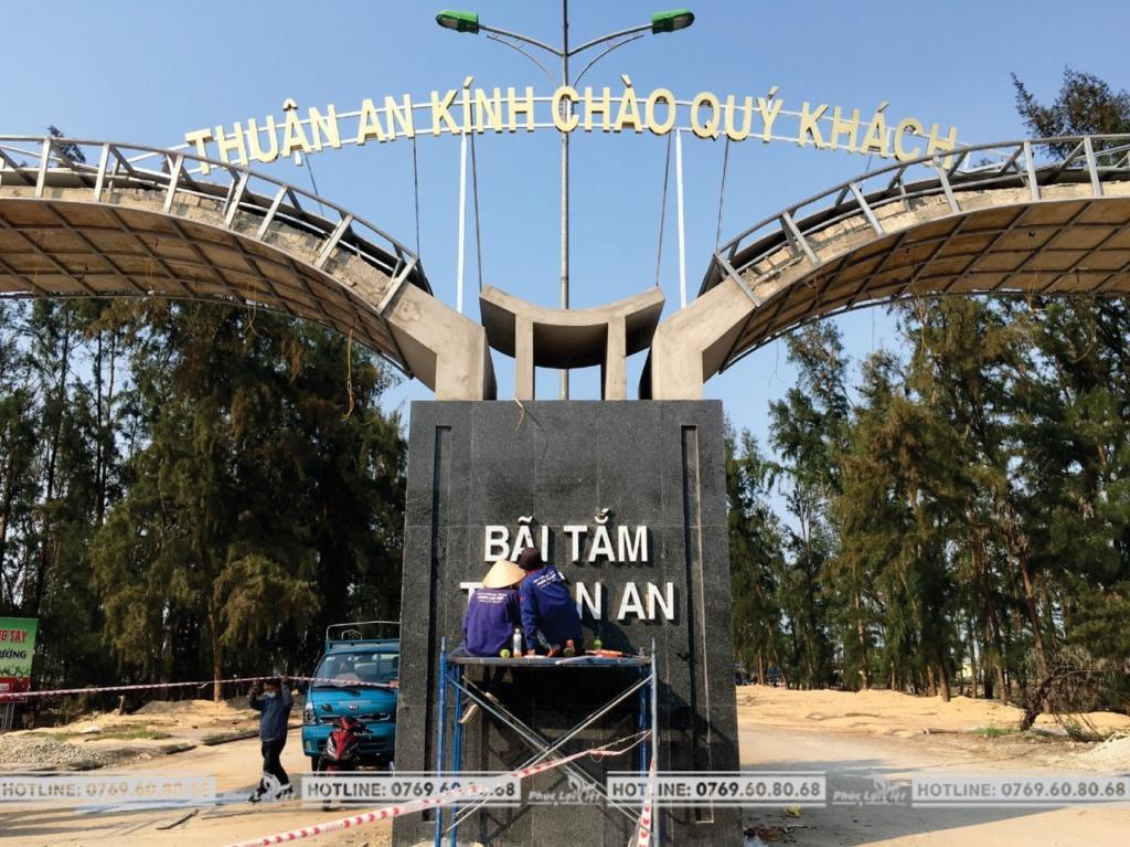 Lắp đặt chữ Inox tại bãi tắm thành phố Huế.